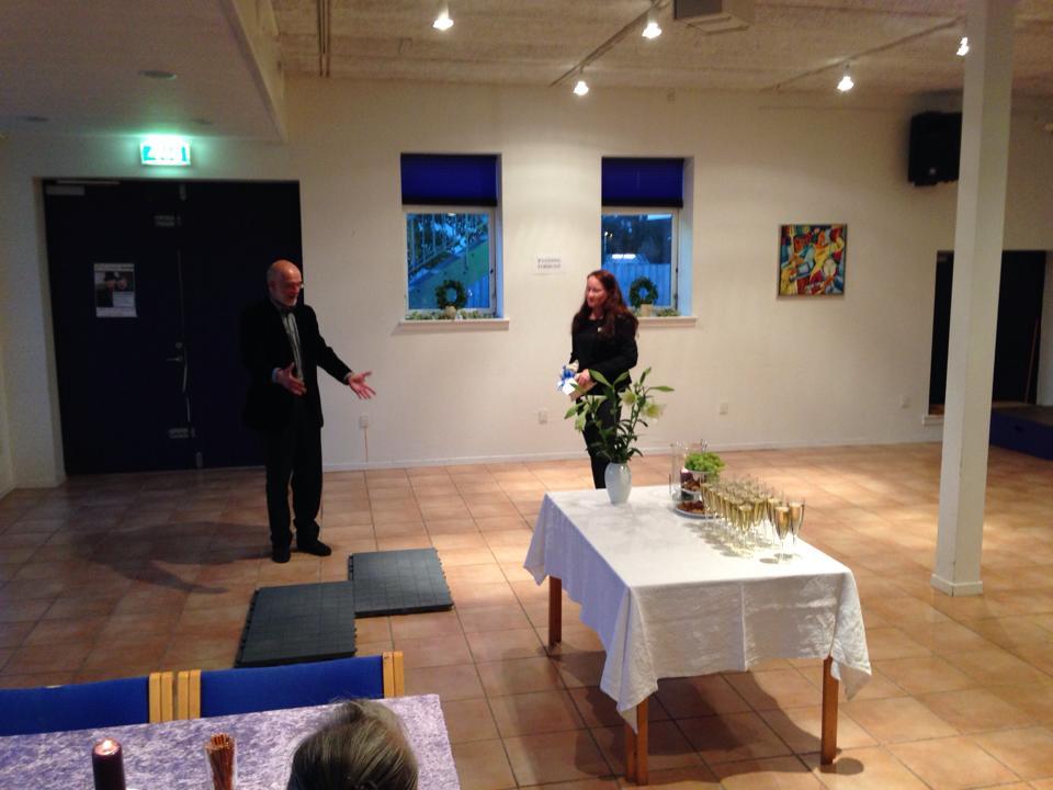 Nordeas lokale afdelingsleder overrækker officielt check til et mobilt dansegulv.